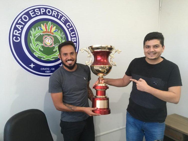 Assisinho com o troféu de vice-campeão da Série B Cearense de 2009 ao lado do presidente Ivan Barros.