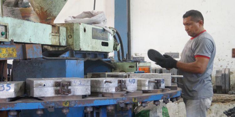 Indústria de calçados tem queda e diminui pela metade produção no Cariri
