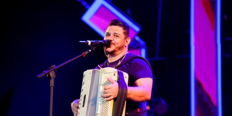 Fábio Carneirinho lança DVD gravado em Paris em noite de show na Expocrato