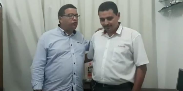 Passageiro esquece 18 mil dólares no banco de trás de taxi e motorista devolve em Fortaleza