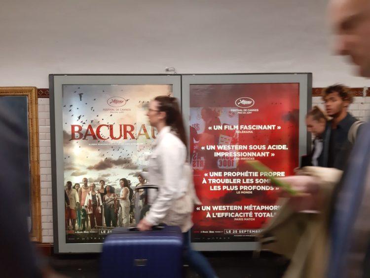 "Cartaz de ""Bacurau"" no metrô de Paris. Foto: Max Petterson"