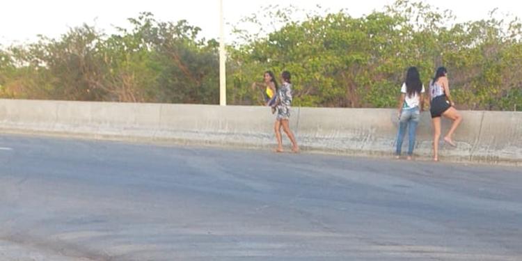 Moradores reclamam de falta de passagem em muretas instaladas na CE-293 entre Barbalha e Missão Velha