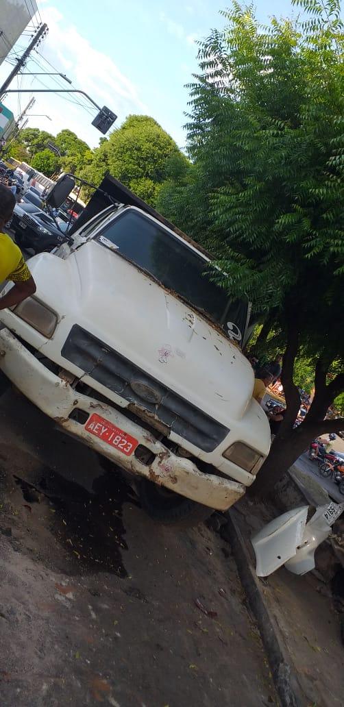 Dois carros são atingidos por caminhão num acidente em Juazeiro; um deles cai nos trilhos da via férrea