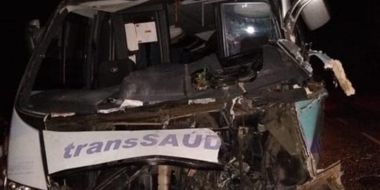Micro-ônibus com pacientes se envolve em acidente com carreta na BR-222