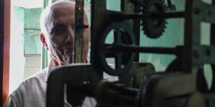 Relojoeiro caririense é um dos poucos em atividade a construir equipamentos em torres de relógio no país