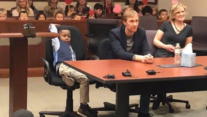 Menino de 5 anos convida toda a classe para assistir a sua adoção legal