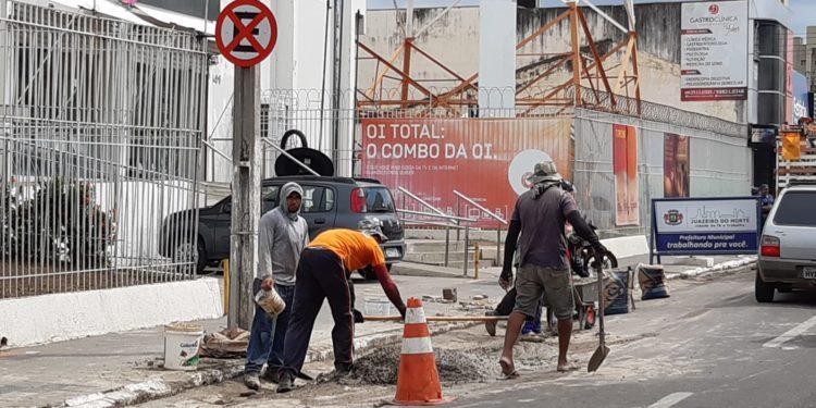 Trecho da Rua Padre Cícero recebe readequação e desobstrução de bueiros
