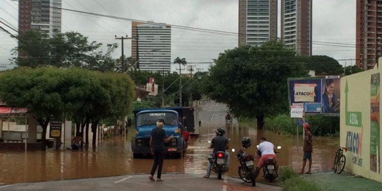 Após chuva de 73 mm, lagoa em Juazeiro transborda e deixa novamente avenida interditada