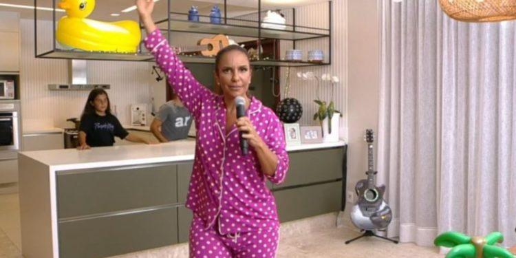De pijama, Ivete faz live com família, arrecada R$ 400 mil e é bloqueada no YouTube