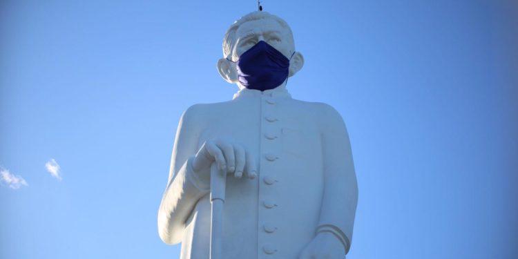 Estátua do Padre Cícero recebe máscara em luta contra o novo Coronavírus