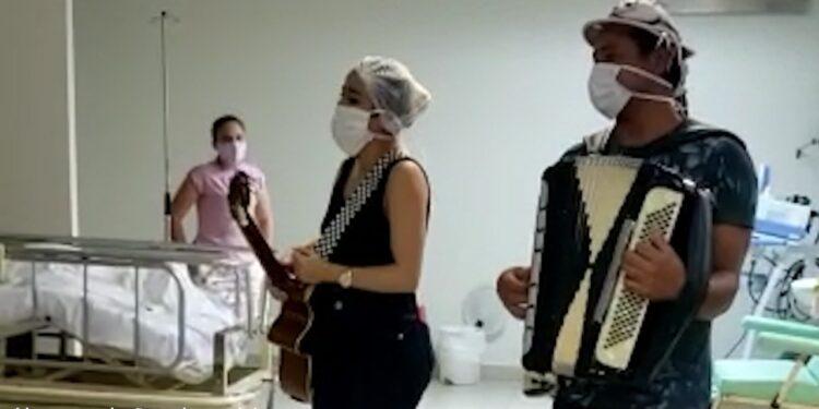 Artistas juazeirenses cantam para pacientes do Hospital Regional do Cariri