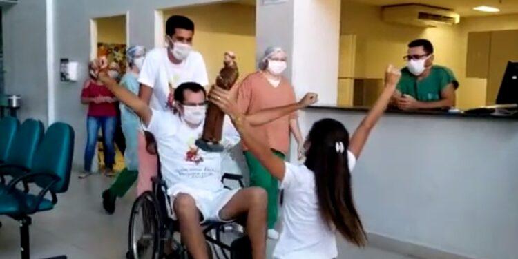 Após 40 dias internado por Covid-19, homem recebe alta do Regional e emociona com história de superação