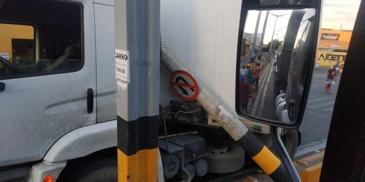 Caminhão derruba poste ao tentar trafegar pela avenida Castelo Branco, em Juazeiro; via está interditada